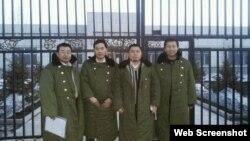 """在""""法制教育基地""""前的四位律師(左起:江天勇、張俊杰、王成、唐吉田, 網絡圖片)"""