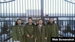 """在""""法制教育基地""""前的四位律师,左第一人为江天勇 (网络图片)"""