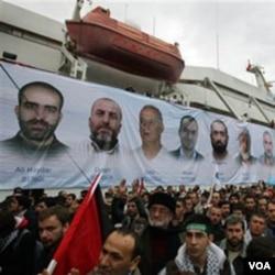 Warga Turki menyambut kembalinya kapal bantuan Mavi Marmara di Istanbul, 26 Desember 2010. Kapal bantuan Turki itu diserang tentara Israel yang menewaskan 9 aktivis Turki.