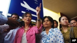 Opposition lawmaker Mu Sochua in front of Phnom Penh airport, file photo.