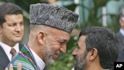 ທ່ານ Mahmoud Ahmadinejad (ເບື້ອງຂວາ) ປະທານາທິບໍດີອີ ຣານ ພົບກັບທ່ານ Hamid Karzai ປະທານາທິບໍດີອັຟການິສຖານ ທີ່ເມືອງ Dushanbe, Tajikistan, ໃນປີ 2006 ເພື່ອພະຍາຍາມ ຜູກສຳພັນທະໄມຕີຢ່າງໃກ້ສິດກັບອັຟການິສຖານ (AP Photo/Misha Japaridze)