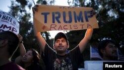 Protesta de hispanos frente al hotel Luxe, donde se presentó Trump en Brentwood, Los Ángeles, el año pasado. El disgusto hispano por sus posiciones solo han crecido en los últimos meses.