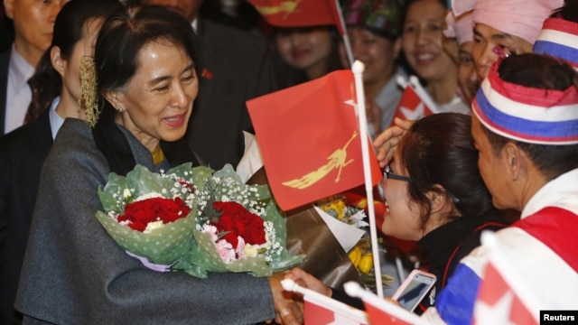 Người Miến Điện sống ở Nam Triều Tiên đón chào bà Aung San Suu Kyi khi bà đến Seoul, 28/1/13