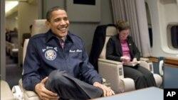 奥巴马总统首次坐进空军一号时的微笑