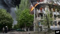 Mariupol'da kuşatılan polis karakolunda çıkan yangın binayı enkaza çevirdi