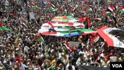 Ribuan demonstran Mesir melakukan unjuk rasa di Lapangan Tahrir, Kairo sambil melambaikan bendera Mesir, Palestina, dan Arab (13/5).