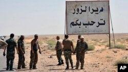 "Pasukan Suriah berdiri di dekat tulisan ""Selamat Datang di Deir el-Zour"", Suriah timur yang dalam tiga tahun terakhir dikuasai ISIS (3/9)."
