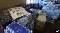 Des bouteilles d'eau dans une église de Flint, dans le Michigan, aux USA, le 5 février 2016.