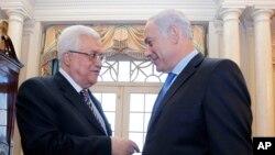 بنیامین نتانیاهو نخست وزیر اسرائیل (راست) و محمود عباس رئیس تشکیلات خودگردان فلسطینی در محل وزارت خارجه آمریکا - سپتامبر ۲۰۱۰