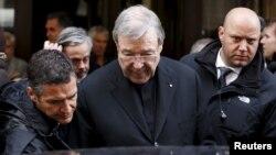Hồng y George Pell ra về sau cuộc gặp với các nạn nhân bị xâm hại tình dục, tại khách sạn Quirinale ở Rome, Italy, ngày 3/3/2016.