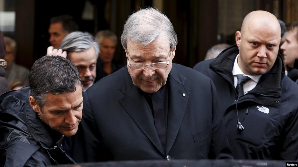 Hồng Y George Pell của Australia sau một cuộc họp với các nạn nhân bị xâm hại tình dục tại khách sạn Quirinale ở Rome, Ý, ngày 3/3/2016. Ảnh Reuters/Alessandro Bianchi.