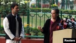 印度国大党领袖索尼娅•甘地和她的儿子、议员拉胡尔•甘地在新德里的一次记者会上。(2013年12月8日)