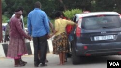 Abanye abahlala kwele South Africa bakhuleka bengakasuki eZimbabwe.