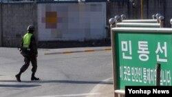 한국 군이 대북 확성기 방송을 재개한 다음날인 지난 9일 강원 화천군 최전방 민통선에서 군이 경계를 강화하고 있다. (자료사진)