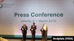 Presiden Joko Widodo memberikan keterangan usai penutupan KTT Luar Biasa OKI ke-5 di JCC, Jakarta, 7 Maret 2016. (Foto: VOA/Andylala).