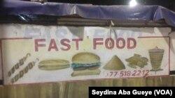 Un fast-food à Dakar, le 19 novembre 2019. (VOA/Seydina Aba Gueye)