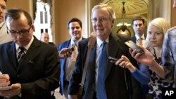 Senator Partai Republik, Mitch McConnell (tengah) dikerumuni wartawan yang menanyakan soal pembahasan jurang fiskal (30/12). (AP)