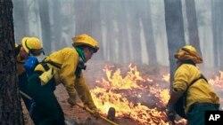 Các giới chức nói hơn 3,400 hecta đã bị thiêu rụi từ khi ngọn lửa bùng phát hôm thứ ba tại Black Forest.