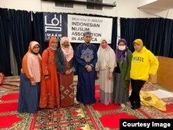 Sofiyani Suaib (paling kanan) bersama sebagian jemaah tarawih di Imaam Center. Di tengah adalah Muhammad Syawal Mubarak, imam tarawih tahun ini.