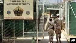 Suasana penjagaan yang super ketat di pusat penahanan militer AS di Teluk Guantanamo, Kuba (Foto: dok). Pemerintah AS mengungkap identitas 55 tahanan yang siap dibebaskan dari penjara ini, JUm'at (21/9).