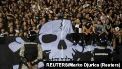 Arhiv - Navijači Partizana tokom meča sa vječitim rivalom Crvenom zvezdom u oktobru 2014. (Foto: REUTERS/Marko Djurica)