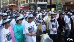 中國民主黨成員默哀悼念六四死難者。