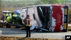 Persnal de emergencia llegó al lugar del accidente del autobús en la carretera AP7 que une España con Francia a lo largo de la costa del Mediterráneo.