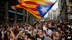 3일 스페인 바르셀로나에서 열린 카탈루냐 독립 요구 집회에서 참가자들이 독립을 상징하는 대형 '에스텔라다' 기를 흔들고 있다.