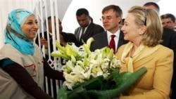 خانم کلینتون در هنگام بازدید از صلیب سرخ در تونس
