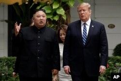 TT Mỹ Donald Trump và lãnh tụ Triều Tiên Kim Jong Un đi dạo sau một buổi họp tại Khách sạn Metropole Hà Nội, ngày 28/2/2019, ở Hà Nội. (AP Photo/Evan Vucci)