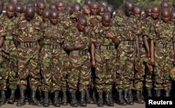 Ảnh tư liệu - Các thành viên của Lực lượng Quốc phòng Kenya cầu nguyện để tưởng nhớ các binh sĩ Kenya phục vụ trong Phái bộ Liên hiệp châu Phi tại Somalia (AMISOM) đã thiệt mạng ở El Adde trong một vụ tấn công.