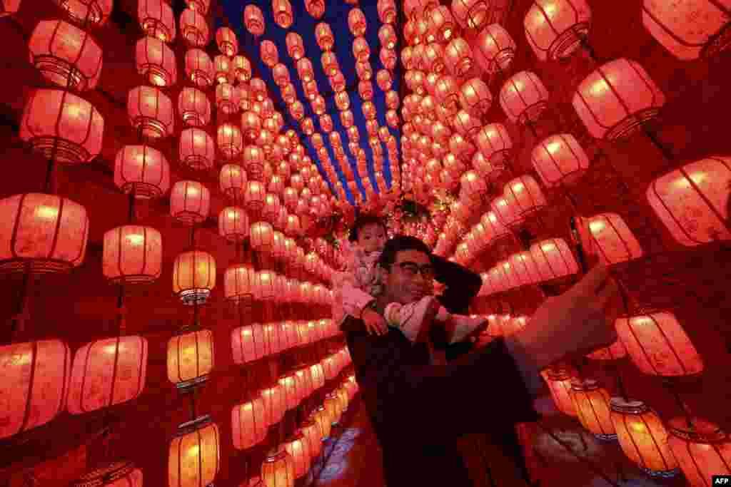 Çinin şimal Şanksi əyalətinin Taiyuan şəhərində insanlar Çin Yeni İli münasibətilə keçirilən Fənər festivalında iştirak edir.