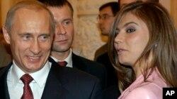 Presidenti Putin duke biseduar me gjimnasten Alina Kabaeva gjatë një banketi në Kremlin në vitin 2004