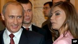 Arxiv fotosu - Rusiya prezidenti Vladimir Putin və Alina Kabayeva Kremldə ziyafət zamanı, 4 noyabr, 2004.