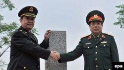 창완취안(왼쪽) 중국 국방부장과 탄풍쾅 베트남 국방부 장관이 지난 3월 국경우호 상호 방문을 위해 베트남 랑썬에서 만나 악수하고 있다. (자료사진)