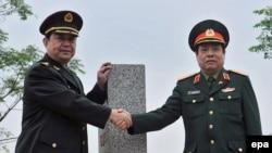 2016年3月29日越南国防部长和中国国防部长常万全在界碑前握手,后来越南国防部长已经换人