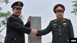 Bộ trưởng Quốc phòng Trung Quốc Thường Vạn Toàn bắt tay với Bộ trưởng Quốc phòng Việt Nam Phùng Quang Thanh tại cửa khẩu Chi Ma, ngày 29/3/2016.