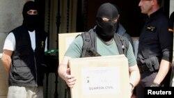 Specijalne policijske snage napuštaju zgradu u kojoj su pretreseni stavovi pritvorenika osumnjičanih za povezanost sa Al kaidom