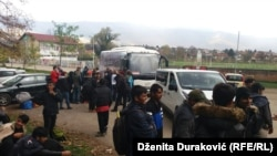 Izbjeglice i migranti ispred Đačkog doma u Bihaću, 26. oktobar 2018.