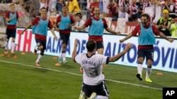 10일 열린 미국-멕시코 월드컵 예선 후반전 경기에서 미국의 랜돈 도노반 선수가 골을 넣은 후 세레모니를 하고 있다.