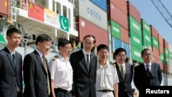 中国驻巴基斯坦大使孙卫东(中)于2016年11月13日在巴基斯坦的瓜达尔港与集装箱船的船员合影留念。