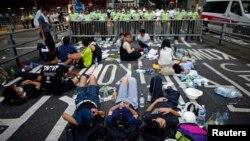 Người biểu tình phong tỏa con đường gần trụ sở chính phủ ở Hồng Kông, ngày 30/9/2014.