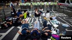 Demonstran memblokir jalan dekat kantor-kantor pemerintahan di Hong Kong (30/9).