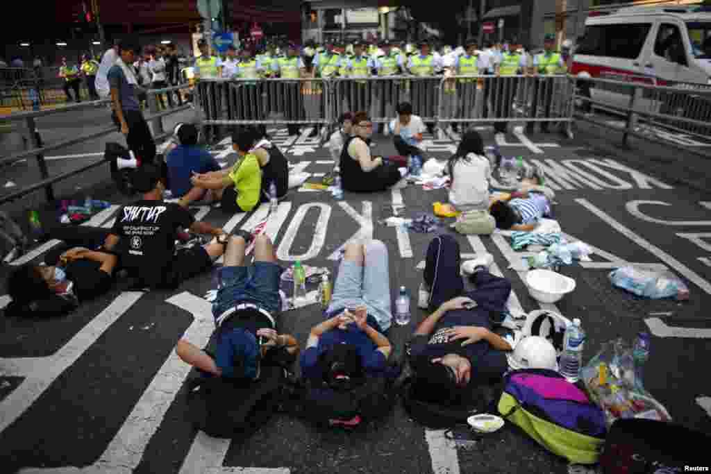مظاہرین نے حکومت کی طرف سے سڑکوں کو خالی کرنے کے انتباہ کے باجود اپنے مظاہرے جاری رکھے جس سے معمولات زندگی مفلوج ہو کر رہ گئے ہیں۔
