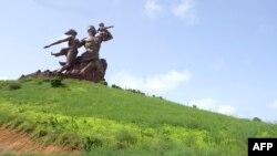 세네갈 독립 50주년을 기념해 수도 다카 주변 언덕에 세워진 '아프리카 르네상스 기념상'. 한 만수대창작사가 제작했으며, 세네갈 당국으로부터 2천700만 달러의 건립비용을 받은 것으로 알려졌다.