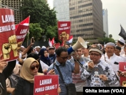 Tuntutan investigasi terkait dugaan kecurangan dalam Pemilu 2019 dilayangkan sejumlah massa kepada Bawaslu RI, Jakarta, Jumat (10/5) (foto: VOA/Ghita Intan)
