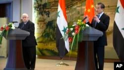 지난해 12월 중국을 방문한 왈리드 알모알렘 시리아 외무장관(왼쪽)이 왕이 중국 외교부장과 공동기자회견을 가졌다. (자료사진)