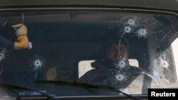 25일 우크라이나 정부군 차량이 동부 아르테미프스크 인근을 지나고 있다.