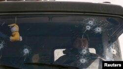 Một quân nhân của quân đội Ukraine lái chiếc quân xa ở miền đông Ukraine, 25/2/15
