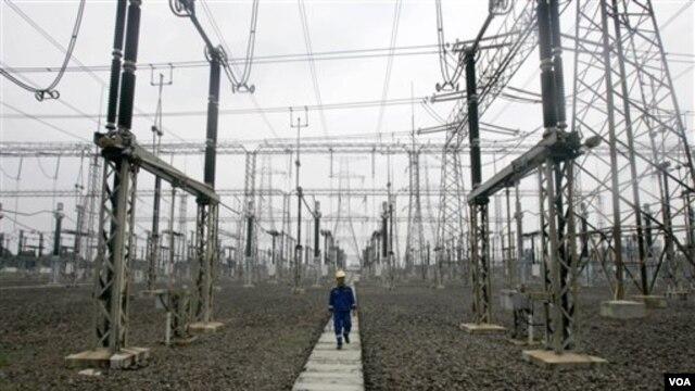 Salah satu pembangunan jaringan listrik untuk wilayah Jakarta dan sekitarnya (foto: dok). Pada tahun-tahun mendatang, pemenuhan kebutuhan listrik di Indonesia akan memprioritaskan penggunaan energi terbarukan.